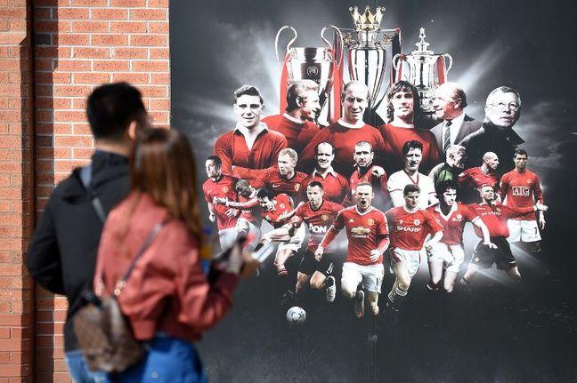 Une fresque représentant l'histoire de Manchester United, à Old Trafford.