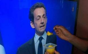 Nicolas Sarkozy «nourri» au Flanby, le 6 mai 2012.