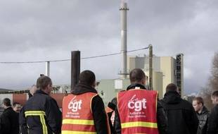 Deux offres de reprise de la raffinerie Petroplus de Petit-Couronne (Seine-Maritime) ont été déposées mardi devant le tribunal de commerce de Rouen qui s'est donné jusqu'au 24 août pour en recevoir éventuellement d'autres, a-t-on appris de source syndicale.