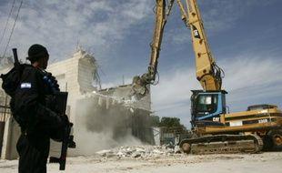 Un policier israélien surveille la démolition de la maison de la famille d'un Palestinien qui avait tué trois Israéliens, le 7 juin 2009 dans l'est de Jérusalem