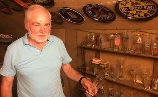 José collectionne les verres à bière dans son grenier depuis plus de trente ans.