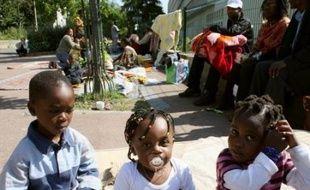Les quatre personnes interpellées et placées en garde à vue à Aubervilliers (Seine-Saint-Denis) dans la nuit de vendredi à samedi alors que la police tentait de déloger les squatteurs, ont été remises en liberté samedi, a-t-on appris auprès de l'association Droits au Logement (DAL).