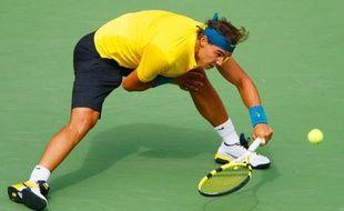 Rafael Nadal peine à retourner la balle contre Juan Martin Del Potro lors de la demi-finale de l'US Open, à New York, le 13 septembre 2009.