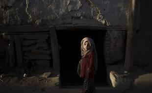 Une jeune fille afghane joue devant sa maison à Kaboul, en Afghanistan, le mercredi 15 septembre 2021.