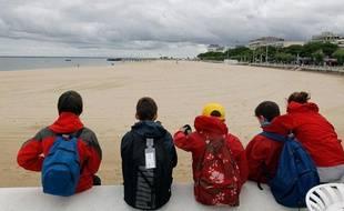 Des enfants en vacances sur la plage d'Arcachon, en juillet 2012