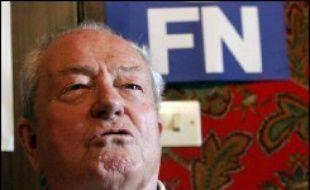 Le président du Front national Jean-Marie Le Pen a suspendu cette semaine de ses fonctions Christian Baeckeroot, membre du bureau politique et farouche opposant de Marine Le Pen, a-t-on appris jeudi de sources concordantes.
