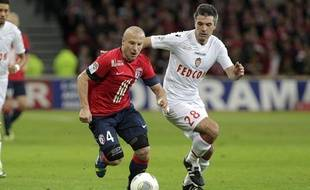 Le lillois Florent Balmont à la lutte avec le monegasque Jeremy Toulalan lors du match Lille - Monaco.
