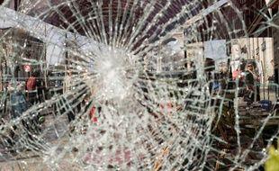 Une vitrine dégradée à Paris.