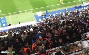 Un journaliste italien tend un billet en direction des supporters madrilènes.