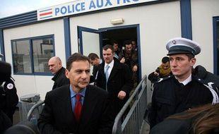 Eric Besson, sur le port de Calais, le 27 janvier 2009.