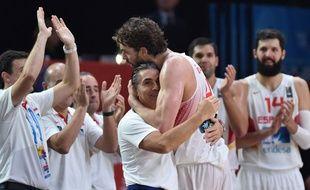 Pau Gasol félicité par son coach après le titre de champion d'Europe récupéré par l'Espagne, le 20 septembre 2015 à Lille.
