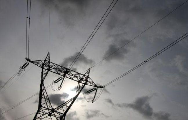 La centrale nucléaire EDF de production d'électricité de Gravelines. Intérieur. Pylône haute tension.