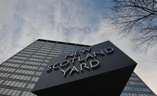 Le logo de Scotland Yard devant le quartier général de la Metropolitan Police, le 11 janvier 2013 à Londres