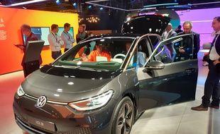 La voiture électrique est partout au Salon de Francfort, à l'instar de cette ID.3 sur le stand Volkswagen.