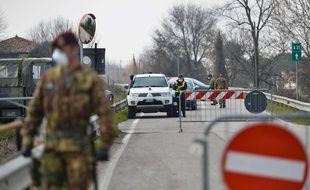 Des soldats à un barrage à Vo Vecchio, l'une des villes cantonnées dans le nord de l'Italie depuis samedi 22 février 2020.