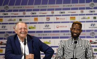 Jean-Michel Aulas présente son nouvel attaquant Moussa Dembélé, le 1er septembre 2018 à Lyon.