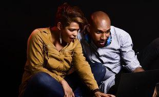 Un couple regardant un ordinateur.