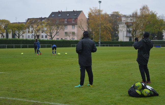 Jean-Yves Hours et Thierry Laurey n'hésite pas à chambrer leurs joueurs en pleine séance de coups francs à l'entraînement.