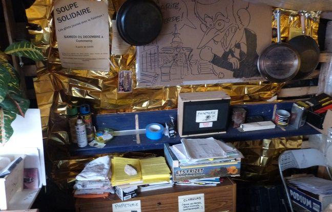 L'intérieur de la Cabane des «gilets jaunes» à Commercy avec le dessin de Coco de «Charlie hebdo».