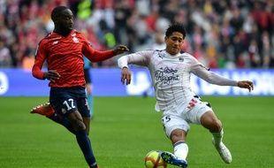 Le défenseur bordelais Pablo, victime d'un carton rouge en finde match, devance le Lillois Ikoné, auteur d'une passe décisive.