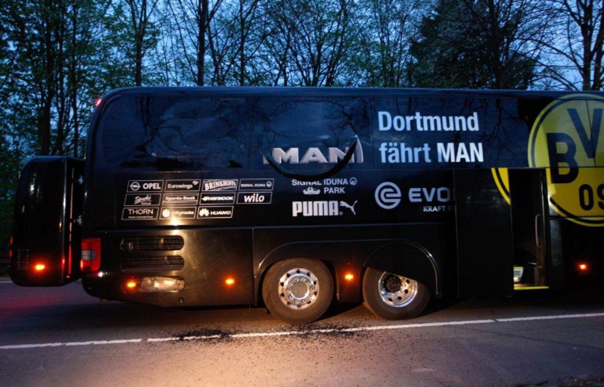 Le bus du Borussia Dortmund touché par une charge explosive avant le quart de finale aller de Ligue des champions contre Monaco, le 11 avril 2017.  – Ina Fassbender / dpa / AFP