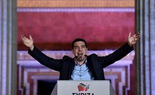 Le chef du parti de gauche radicale Syriza, Alexis Tsipras, salue ses partisans le 25 janvier 2015 après sa victoire à la présidentielle