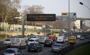 Illustration d'un épisode de pollution, sur le périphérique parisien, le 4 mars 2013.