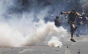 Des manifestants pris dans les gaz lacrymogènes, le 28 juin 2011, à Athènes (Grèce).