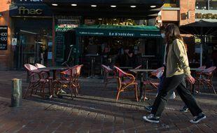 Devant un restaurant de Toulouse. Illustration.