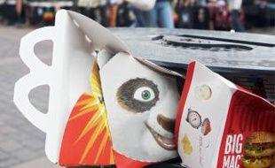 Après 22heures, les fast-foods vident même les corbeilles publiques.