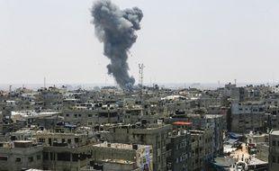 Nuage de fumée après un raid israélien sur le sud de la bande de Gaza le 14 juillet 2018.