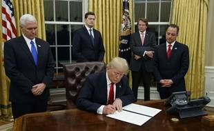 Donald Trump signe son premier décret, le 20 janvier 2017.