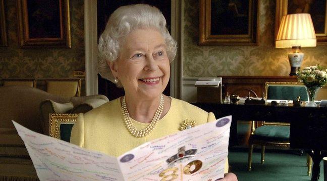 Le reine Elizabeth II lit une carte de vœux qui lui a été envoyée pour son 80e anniversaire à Buckingham Palace, le 20 avril 2006. – Fiona Hanson/AP/SIPA