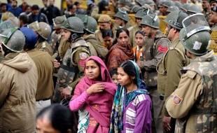 La cérémonie de crémation de l'étudiante victime d'un viol collectif mi-décembre en Inde, emblématique des violences faites aux femmes en toute impunité dans ce pays, s'est tenue dimanche à New Delhi où l'on a appris que la victime devait se marier prochainement.
