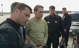 Le Canadien Luka Rocco Magnotta, auteur présumé du meurtre et du dépeçage du corps d'un étudiant chinois, est arrivé lundi soir à Montréal à bord d'un avion militaire en provenance d'Allemagne, d'où il a été extradé, et comparaîtra dès mardi devant la justice.
