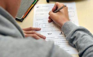 Un élève se penche sur son devoir d'allemand, le 5 octobre 2015 dans une école de Marly.