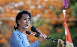 La prix Nobel de la paix Aung San Suu Kyi dans le bidonville Than Phyu Zayat à Mawlamyaing, en Birmanie, le 17 mai 2015