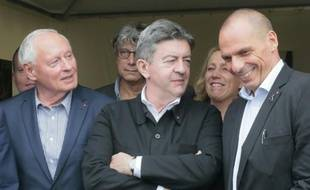 L'ancien ministre grec des Finances Yannis Varoufakis (d) avec Jean-Luc Melenchon et Oskar Lafontaine à la Fête de l'Humanité le 12 septembre 2015 à La Courneuve