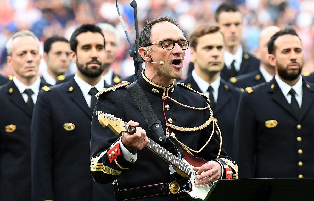 Le maréchal des logis-chef Jean-Michel Mekil a repris «Don't Look Back in Anger», le 13 juin 2017 avant le coup d'envoi du match France - Angleterre au Stade de France. – FRANCK FIFE / AFP