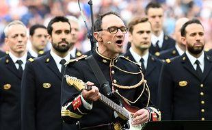 Le maréchal des logis-chef Jean-Michel Mekil a repris «Don't Look Back in Anger», le 13 juin 2017 avant le coup d'envoi du match France - Angleterre au Stade de France.