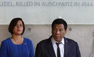 Rodrigo Duterte et sa fille Sara lors de leur visite du mémorial de l'Holocauste, le 3 septembre 2018.