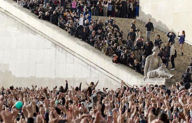 Le chanteur coréen PSY chante «Gangnam Style» au Trocadéro, à Paris, le 5 novembre 2012.