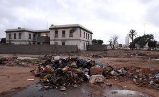 Des ordures jonchent l'emplacement de l'ancien palais de Mouammar Kadhafi à Benghazi, dans l'est de la Libye, le 1er avril 2015