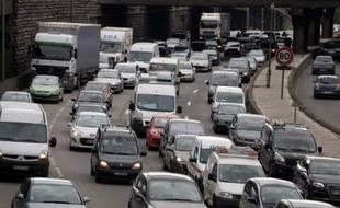 Circulation automobile et les embouteillages sur le péripherique parisien en juillet 2012.