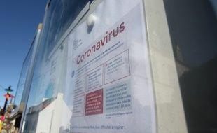Illustration d'une affiche évoquant le coronavirus devant une école bretonne.