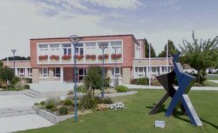 La mairie de Roost-Warendin et la sculpture du jumelage