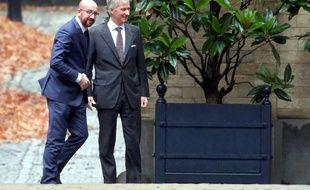Le roi Philippe de Belgique et le Premier ministre Charles Michel, au Palais Royal, à Bruxelles, le 21 décembre 2018.
