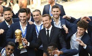 Emmanuel Macron entouré par les joueurs de l'équipe de France, le 16 juillet 2018.