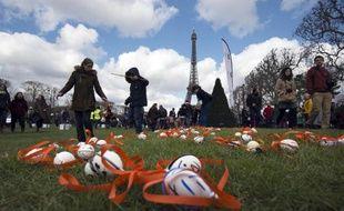 """Chasse aux oeufs géante et solidaire organisée par le """"Secours populaire"""" près de la Tour Eiffel, le 5 avril 2015"""