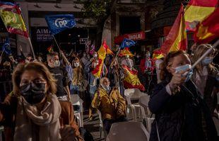 Les partisans de la présidente conservatrice madrilène Isabel Diaz Ayuso agitent des drapeaux devant le siège du parti populaire à Madrid, en Espagne, le 4 mai 2021.